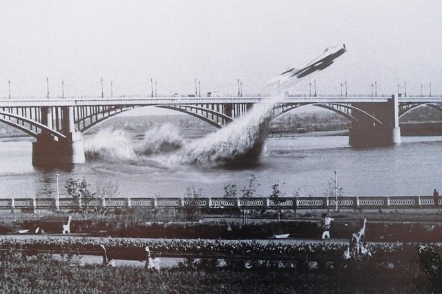 Валентин Привалов — пролетая под мостом